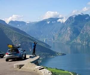 Bilferie i Norge - utsikt over Aurlandsfjorden