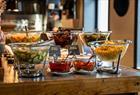 Sauser og salater plukker du i buffeten på Brasilia.