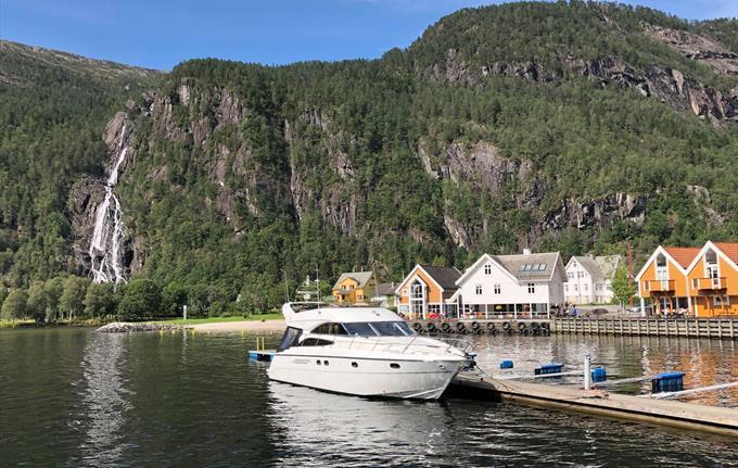 Privat båttur til Modalen - ved kai i Mo