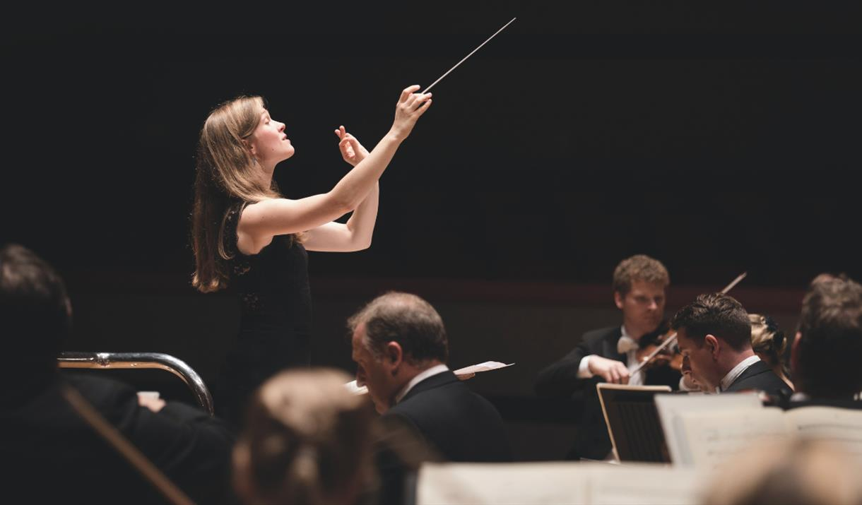 Mirga conducts Weinberg