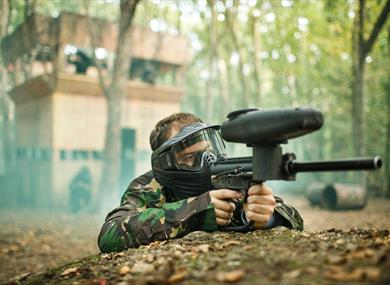Man in comouflage with paintball gun