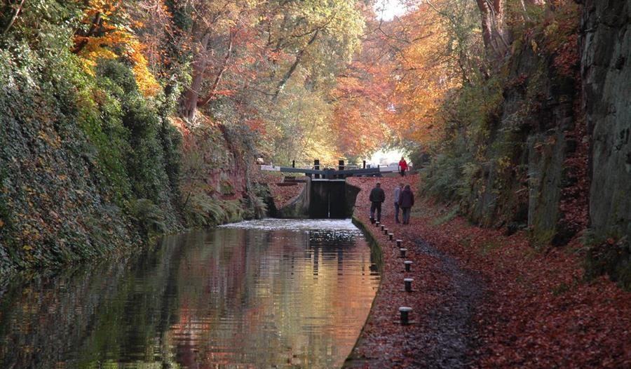 Walking on the Shropshire Union Canal in Chester