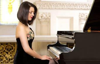 Alexandra Dariescu by her piano