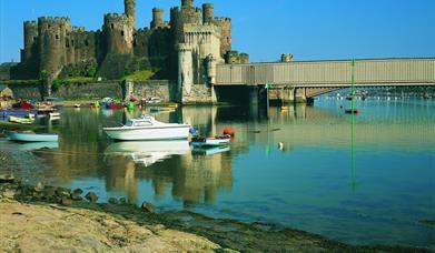 Castell Conwy gyda phont reilffordd Conwy i'r dde o'r ddelwedd ac aber afon Conwy yn y blaendir