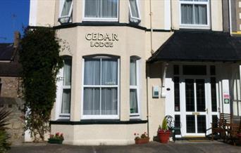 Mynedfa flaen Cedar Lodge