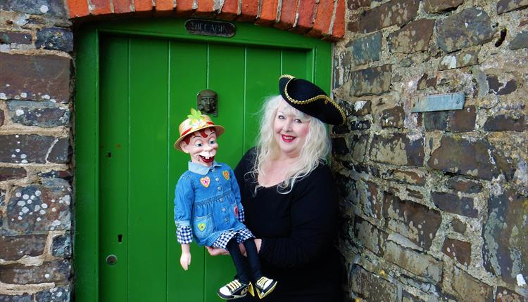 Miss Merlynda Puppet Theatre Club - Live Puppetry