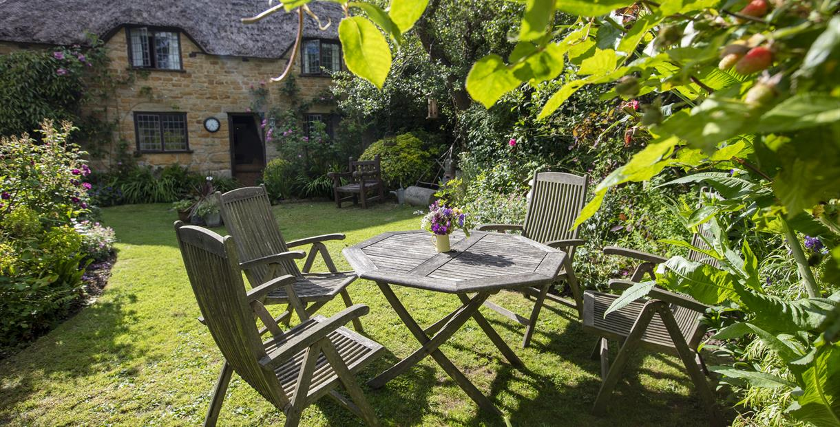 Strongate Cottage is a traditional thatched cottage located on a small working farm near Bridport, Dorset.  Jurassic coastline of West Bay a short dri