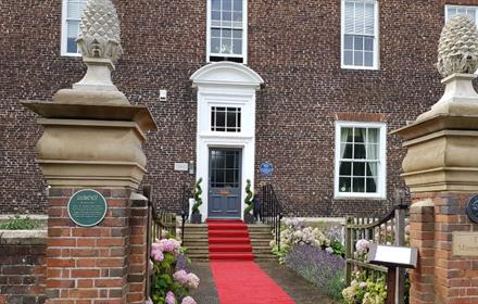 Manor House outside image Red carpet