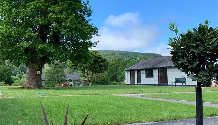 Rwst Holiday Lodge - view down to the river across the lawns.