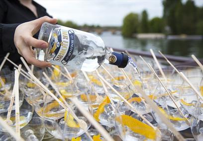 Mr Hobbs gin being poured into glasses on board a Hobbs of Henley boat.