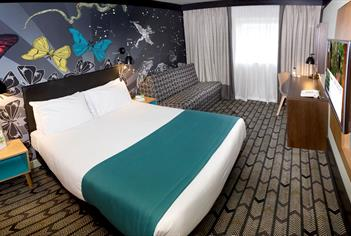 A bedroom at the Holiday Inn Salisbury - Stonehenge