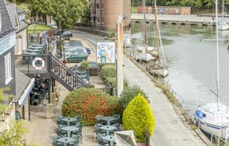 Isle of Wight - Newport - Public House - Bargemans Rest - River Front