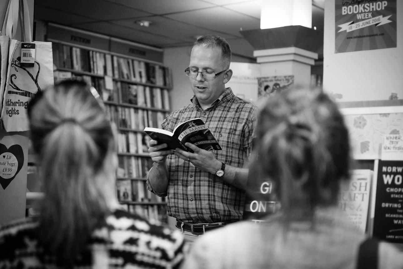 Wyl Menmuir reading