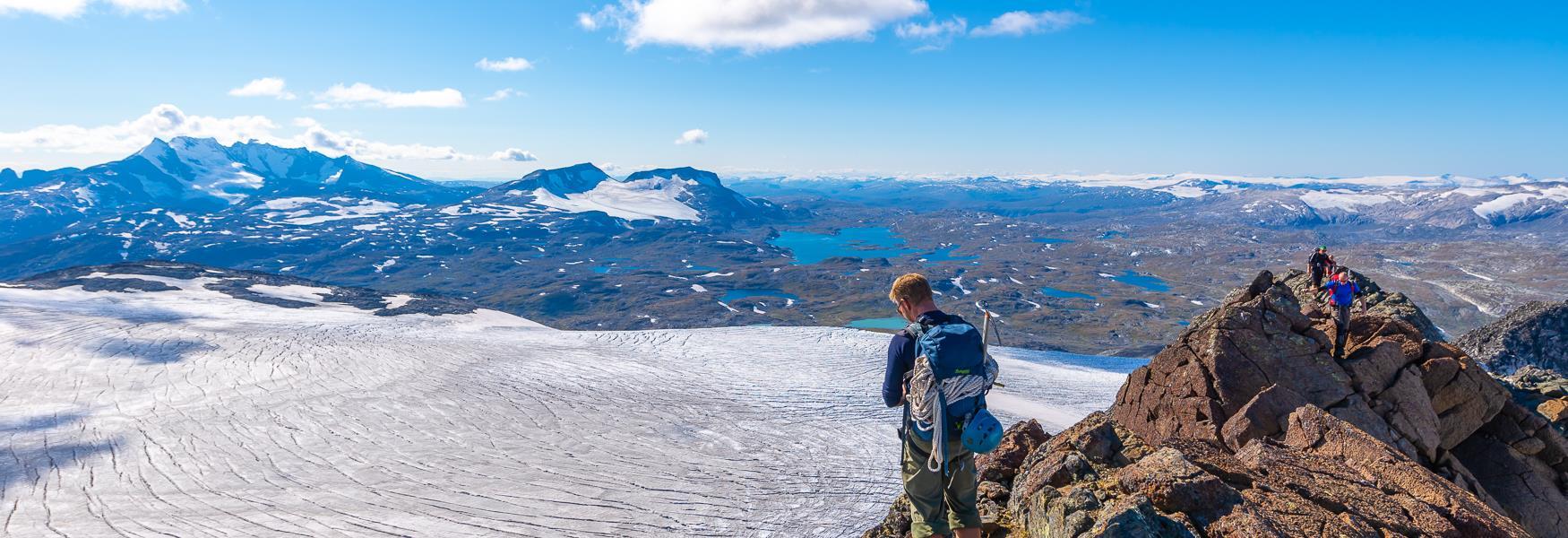 Bilde av mann med bre og fjell i bakgrunnen
