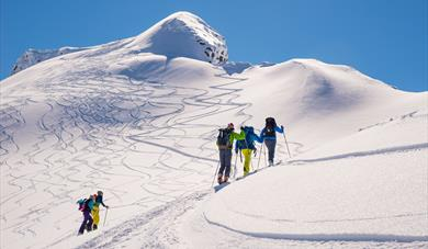 Picture of randone hikers skiing towards the summit. Aktiv i Lom.