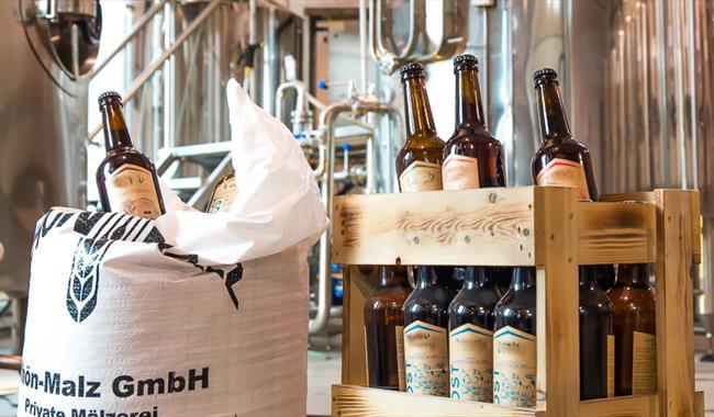 "Lom bryggeri produserer lokalt øl under merkevara ""Lomb""."
