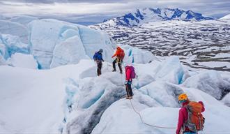 Gruppe på bretur med Aktiv i Lom på Bøverbreen i Jotunheimen.