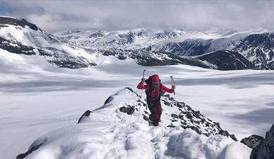 Topptur på ski: Svellnosbreahesten (2181 m.o.h.)