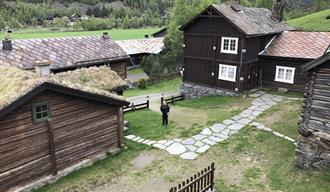 Sommarbilete av tunet på Galde Uppigard i Bøverdalen