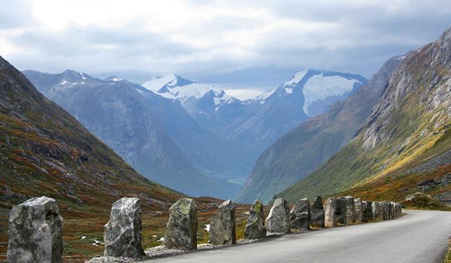 Stabbesteiner på fylkesveg 258, Nasjonal turistveg Gamle Strynefjellsvegen i Videdalen, Stryn. Foto Per Ritzler  Statens vegvesen