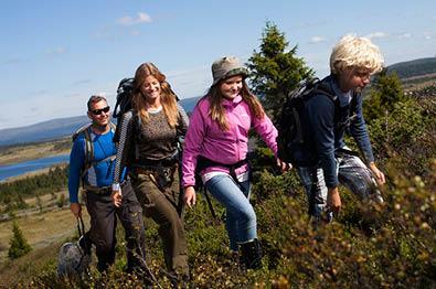 Familie på fjelltur på Sjusjøen på sommeren
