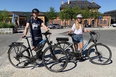 El-sykler ved jerbanestasjonen i Lillehammer