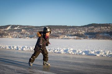 Barn på skøyter på Mjøsa