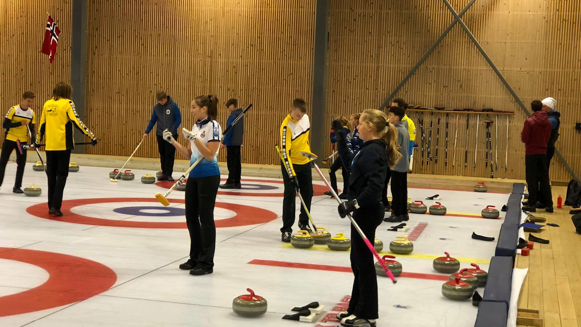 Flere lag på banen - curling