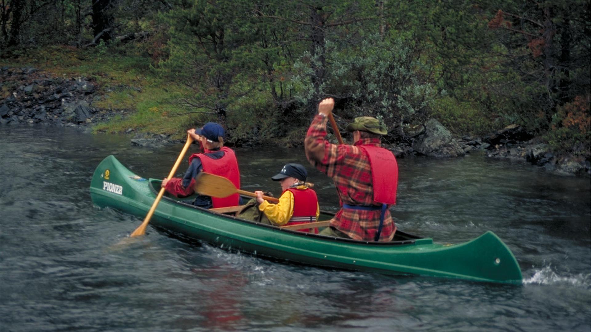 Kanotur med to voksne og ett barn