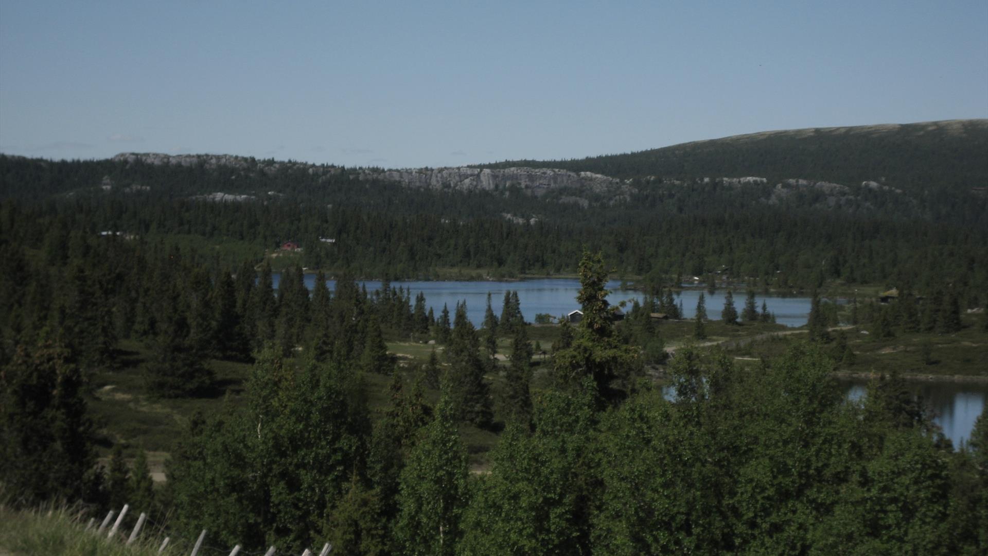 Blick über einen Bergsee