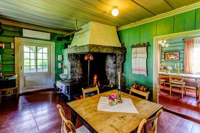 Kjøkken på Sygaard Grytting med åpen peis