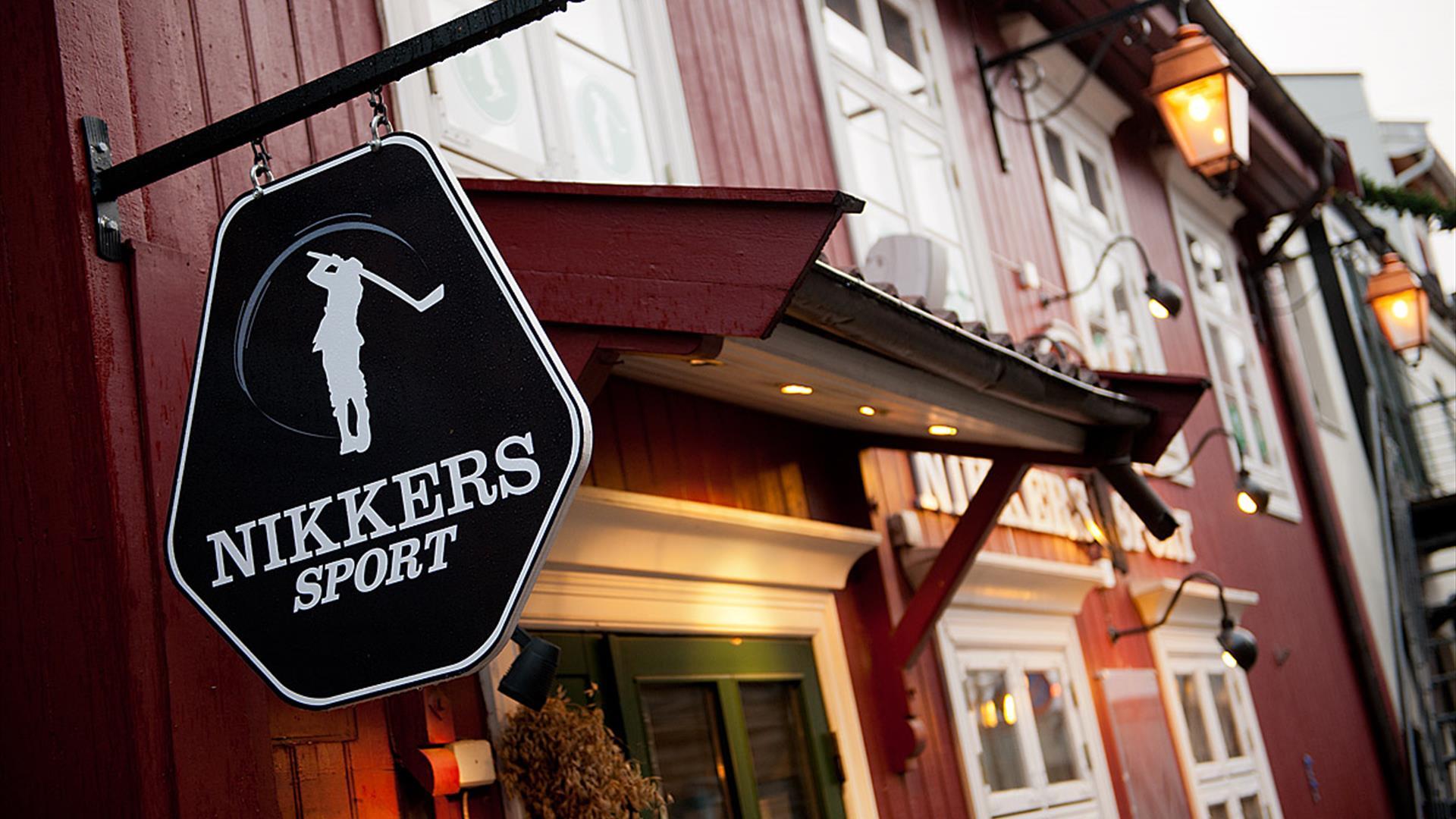 Inngangspartiet og skiltet til Nikkers Sport