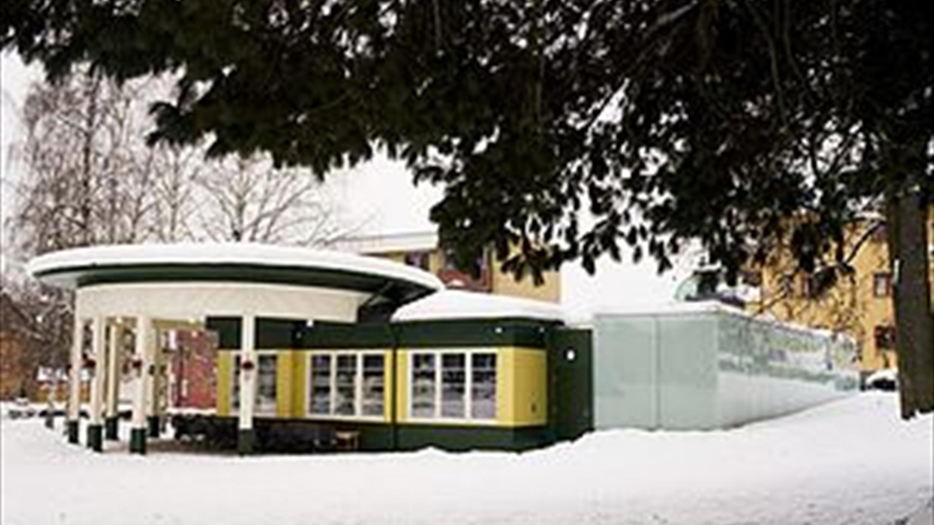Parkcafeen utenfra på vinterstid