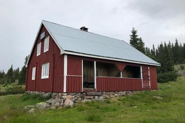 Das rote Haus an dem Biskoplien Alm