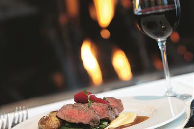 Middagsrett med vin servert på Thon Hotel Skeikampen Restaurant