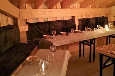 Dekkede bord i gapahuken på Pellestova