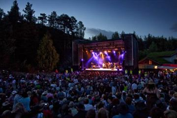 Konsert på scenen under Countryfestivalen på Vinstra