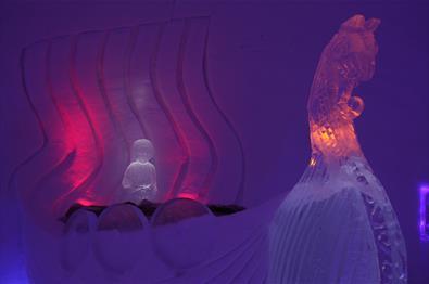Is-skulpturer inne i Hunderfossen Snøhotell