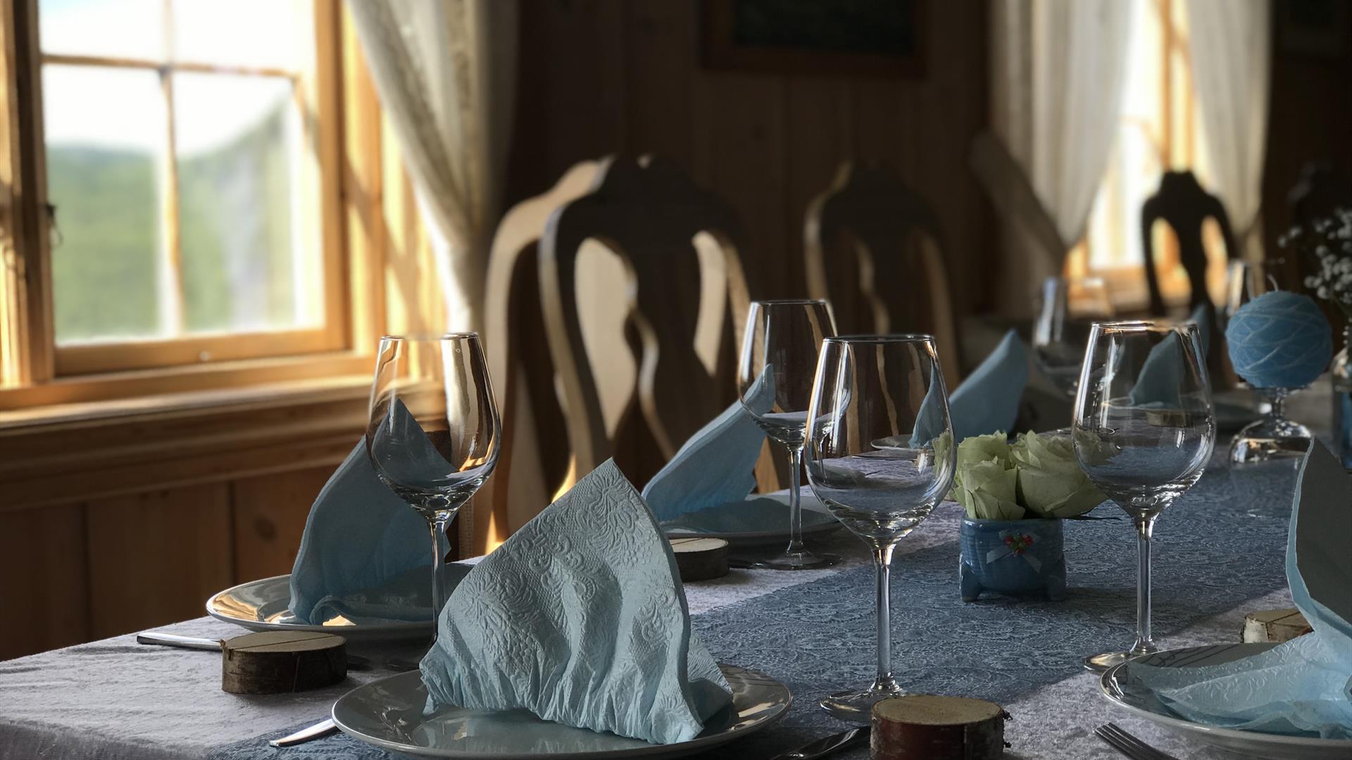 Dekket bord på Liomseter Turisthytte