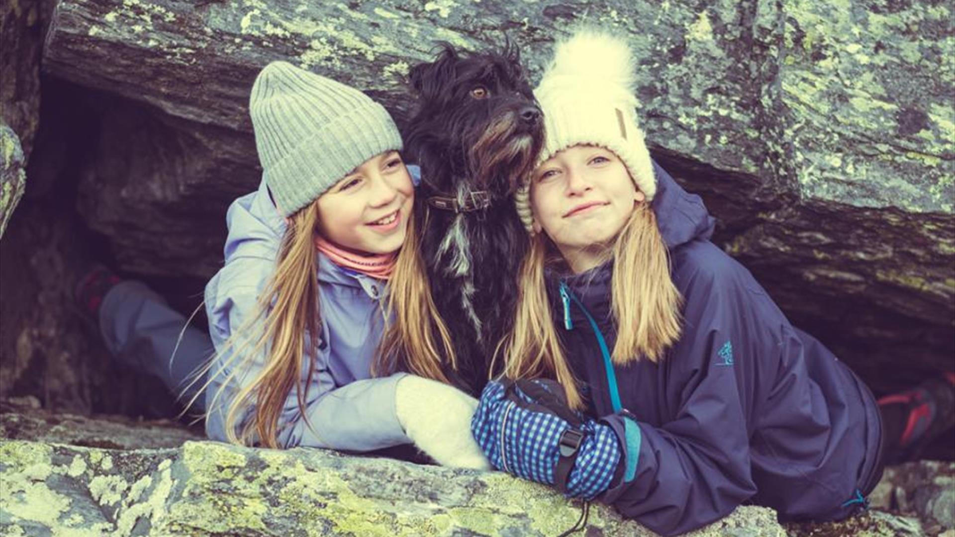 jenter sammen med hunden sin