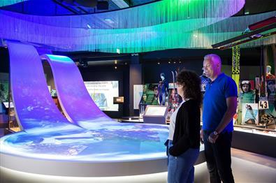 Par foran installasjon av hoppbakken i OL-museet.