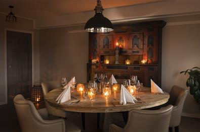 Koselig dekket bord på Skåbu Fjellhotell Restaurant