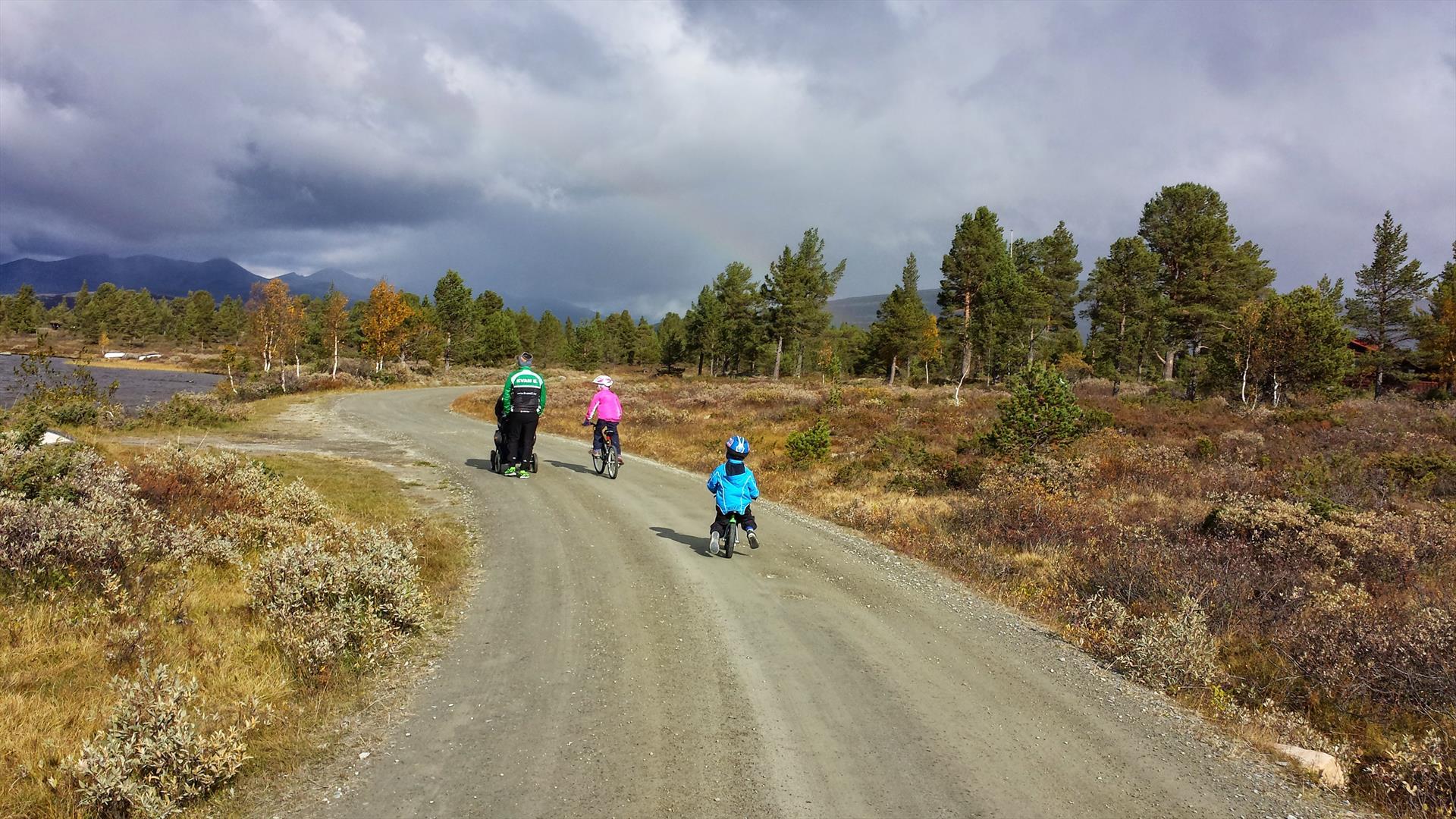 A familiy on tour along a dirt road