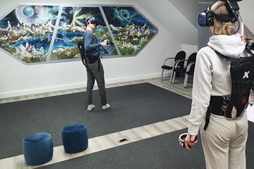 Tenniskamp med VR briller hos EnterVR på Lillehammer