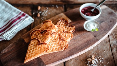 Hot waffles with jam and cream | Venabu Fjellhotell