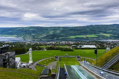 Utsikt utover LIllehammer fra toppen av hoppbakken