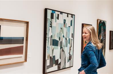 ung kvinne ser på kunst
