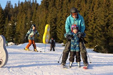 Slalom i barnebakken på Sjusjøen Skisenter