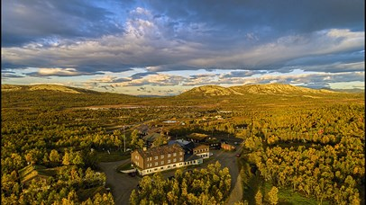 An aerial view of Venabu Fjellhotell in autumn