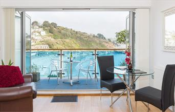Plaidy Apartment - dining & balcony